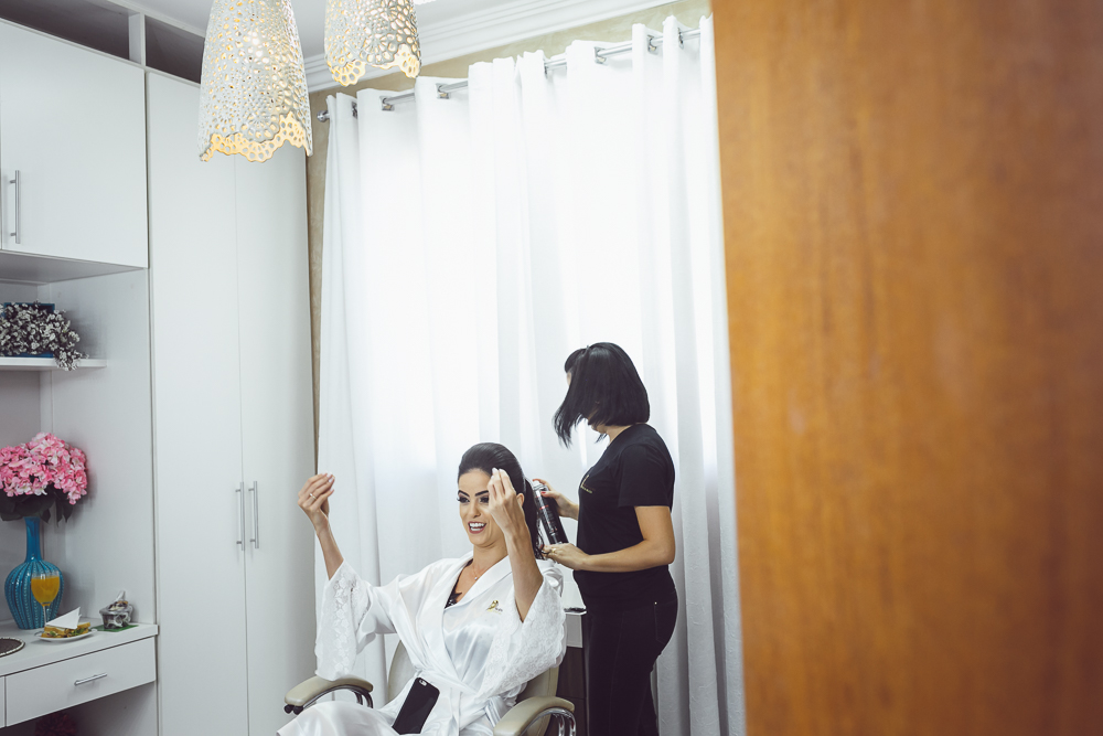 noiva sendo penteada no making Fotos de casamento Governador Valadares Josie Nader