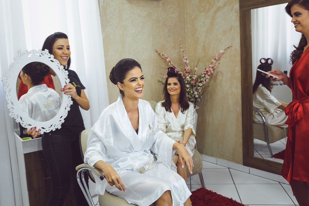 noiva vendo o cabelo Fotos de casamento Governador Valadares Josie Nader