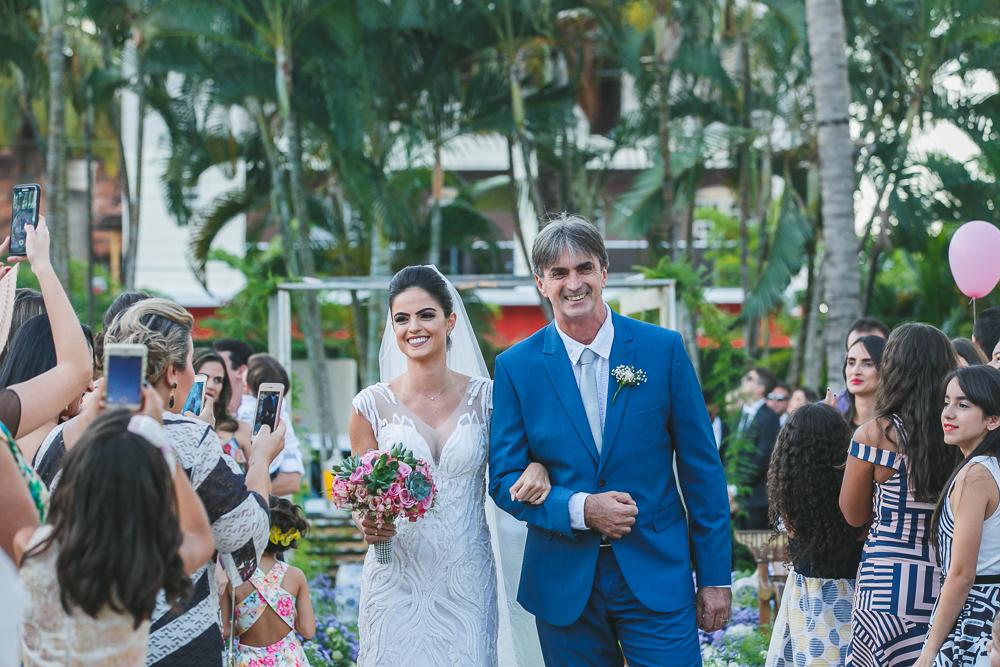 noiva e o pai na entrada do casamento Fotos de casamento Governador Valadares Josie Nader