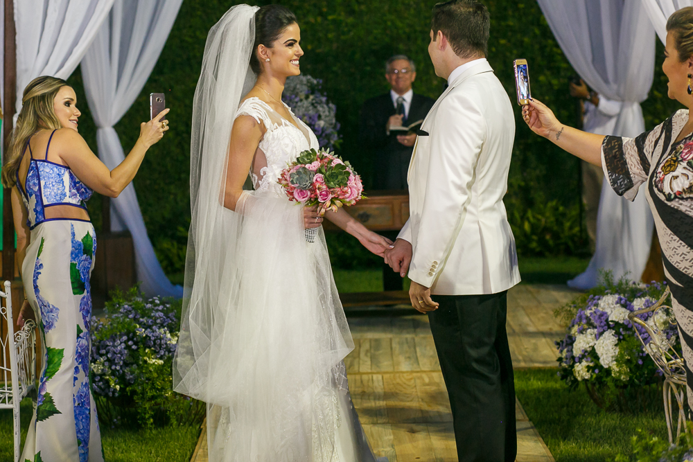 noivos olhando para o pastor Fotos de casamento Governador Valadares Josie Nader
