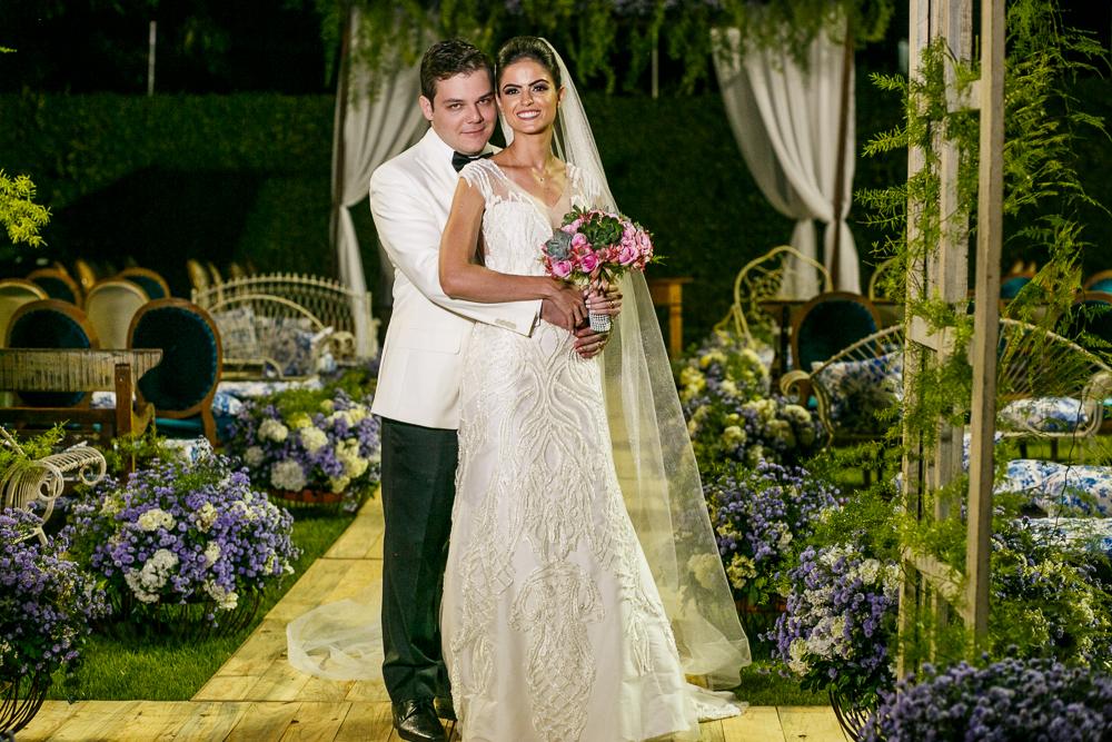 noivos abraçados na cerimonia Fotos de casamento Governador Valadares Josie Nader