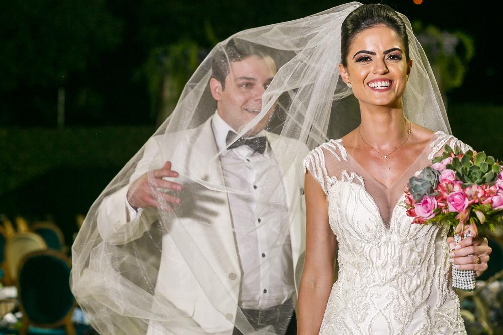 noivo brincando como véu da  noiva Fotos de casamento Governador Valadares Josie Nader