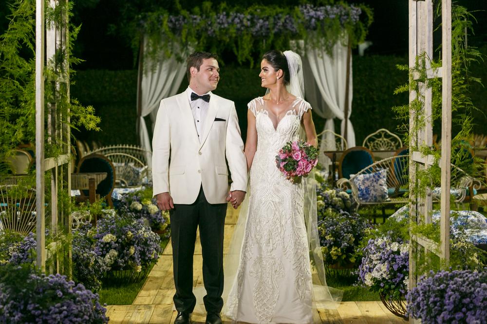 noivos se olhando após a cerimonia Fotos de casamento Governador Valadares Josie Nader
