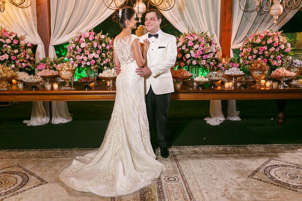 noivos na mesa de bolo para as ftos Fotos de casamento Governador Valadares Josie Nader