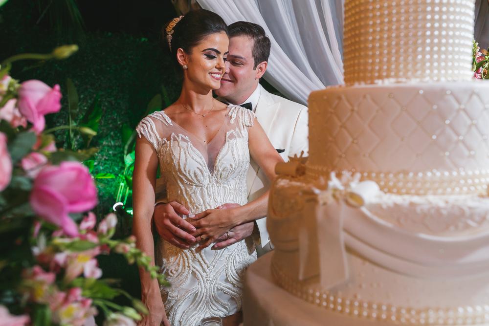 noivos e o bolo Fotos de casamento Governador Valadares Josie Nader