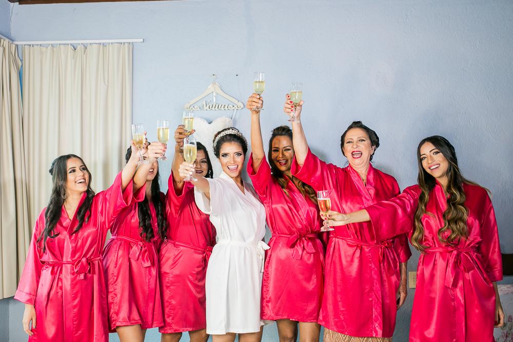 Noiva e madrinhas brindando no making of, Josie Nader fotografias