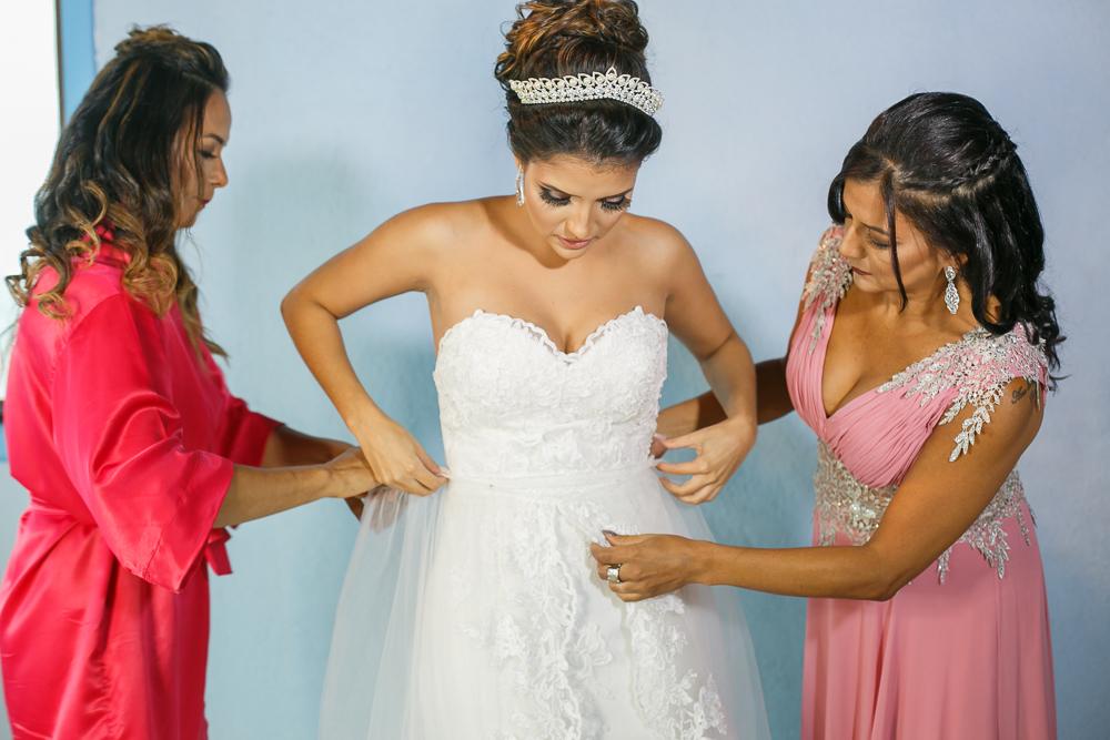 Noiva vestindo o vestido de noiva, making noiva, Josie Nader fotografia
