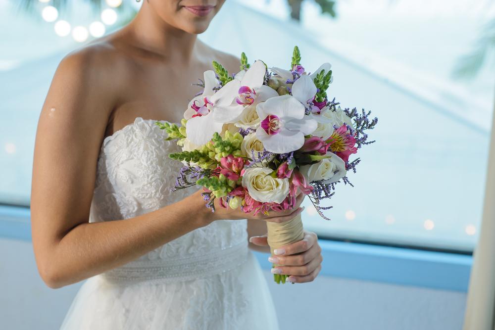 noiva e o bouquet no making, fotografia de casamento, Josie Nader fotografias, Governador Valadares