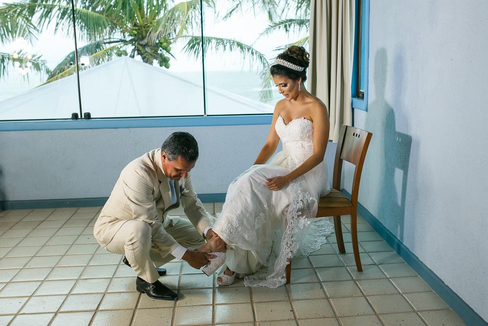 Pai da noiva calçando o sapato na noiva, making noiva, ,fotografia de casamento, Josie Nader fotografia
