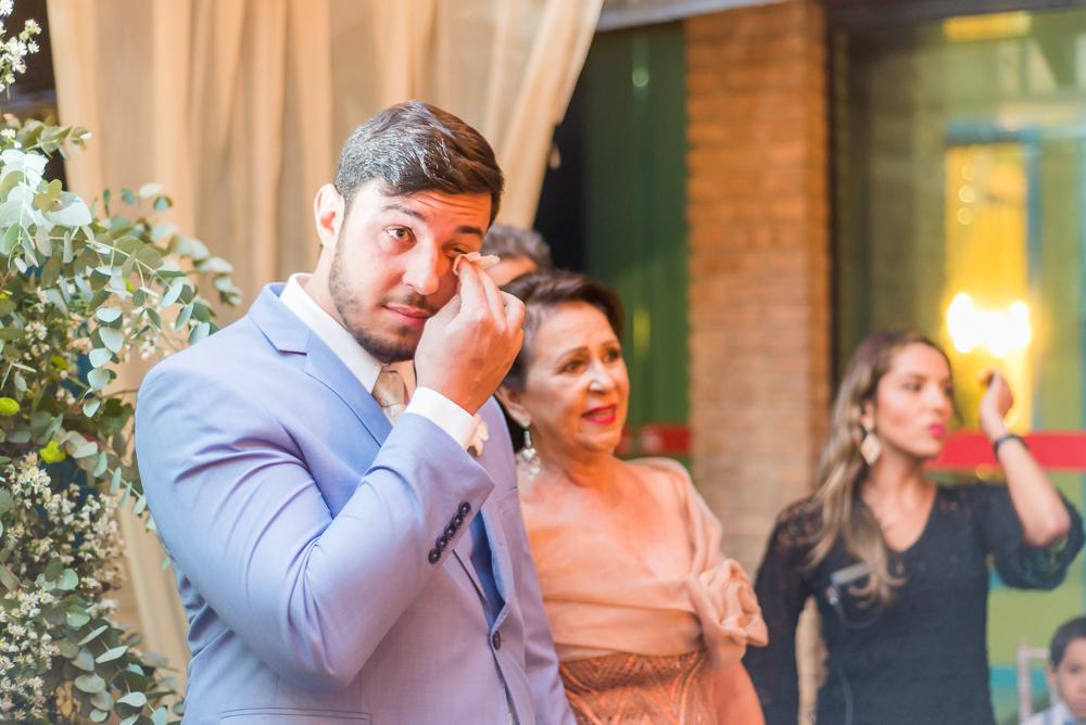 Noivo emocionado vendo a noiva, fotografia de casamento