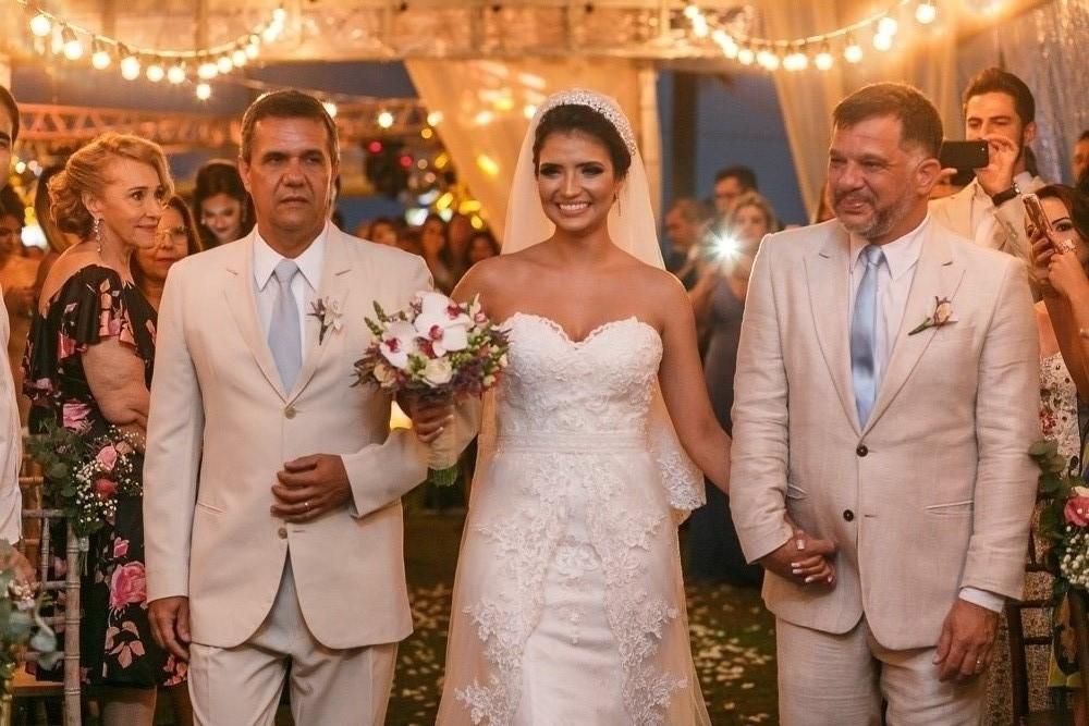 entrada da noiva no casamento com o pai e padrinho, fotografia de casamento Josie NAder fotografia