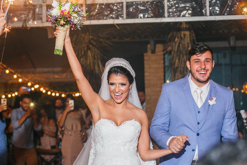 noivos saindo da cerimonia, noiva sorrindo , Josie NAder fotografia, fotos de casamento