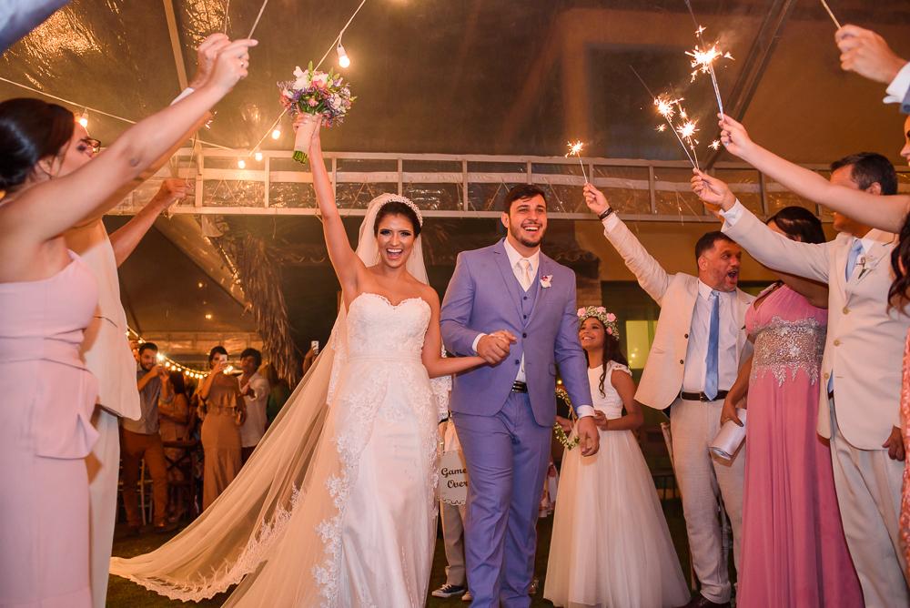 noivos na saida doc asamento com padrinhos, fotografia de casamento, Josie Nader fotografia