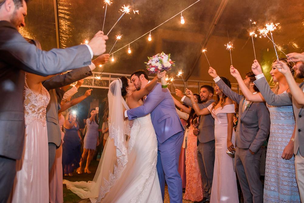 noivos se beijando após a cerimonis, fotografia de casamento, Josie Nader fotografia