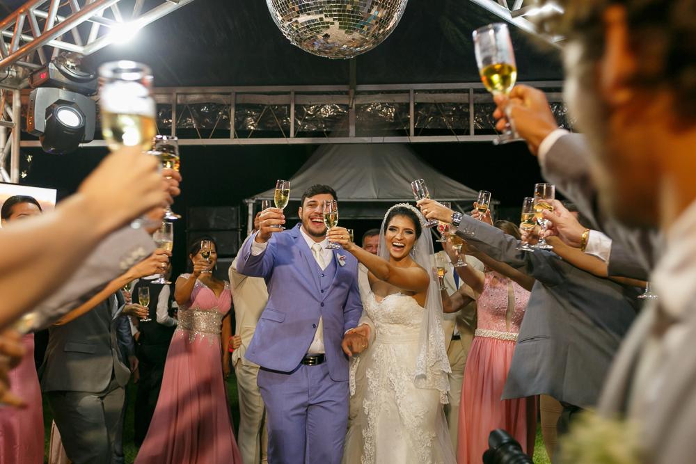 brinde dos noivos com os convidados e apdrinhos, fotos de casamento, fotografia de casamento Josie Nader fotografia