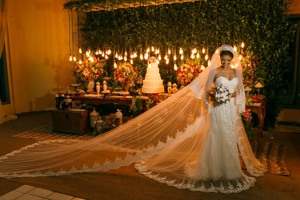 noiva em frente a mesa de bolo, fotos de casamento, fotografia de casamento, Josie Nader fotografia, casamento em Meaípe