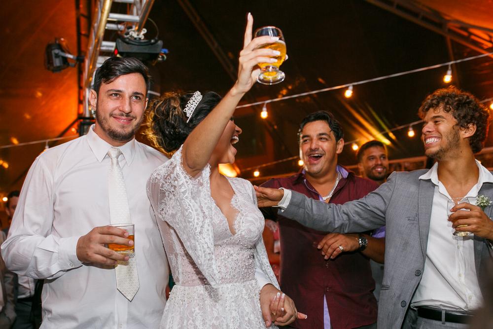 noivos e convidados na pista, JOsie NAder fotografia, casamento., fotos de casamento, Jose Nader Fotofragia, Governador Valadares