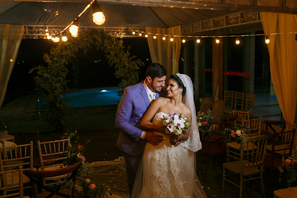 Noivos pousando para fotos, luzinhas, Josie Nader fotografia, Governador Valadares, fotografa de casamento