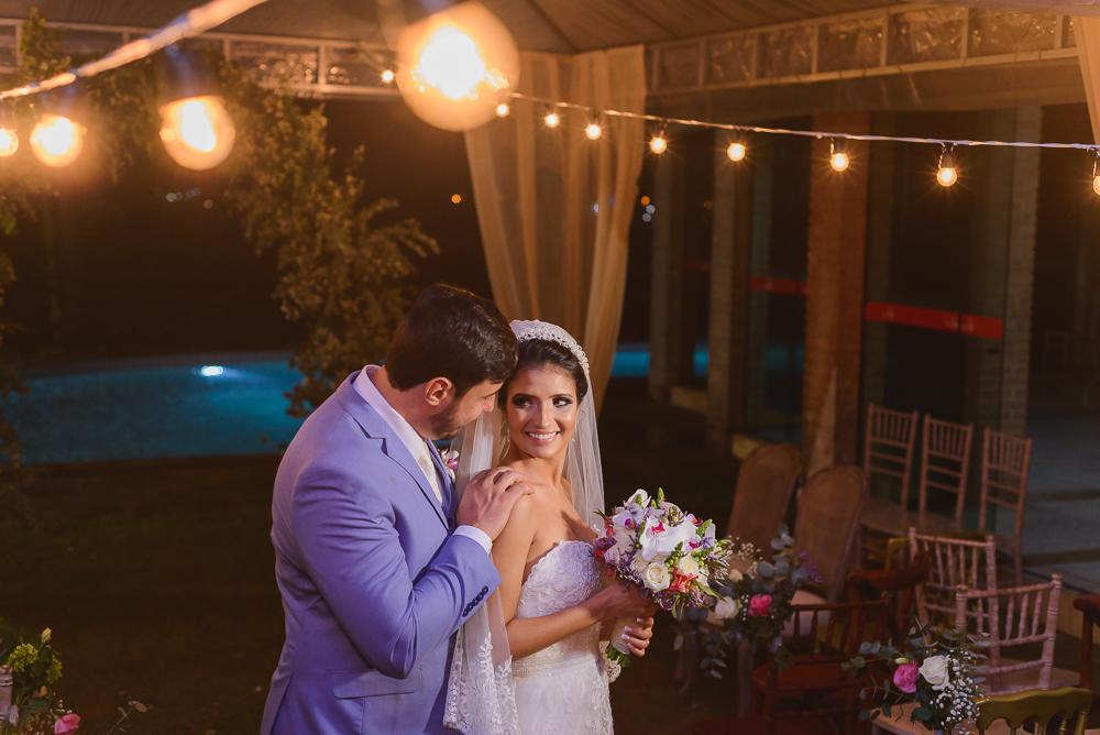 Noivos pousando para fotos, luzinhas, Josie Nader fotografia, Governador Valadares, fotografa de casamento, Josie Nader fotografia