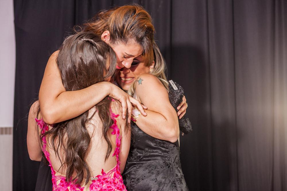 aniversario 15 anos, fotografia de familia, Josie Nader fotografia, aniversario 15 anos, debut, Governador Valadares, recebendo abraços da familia