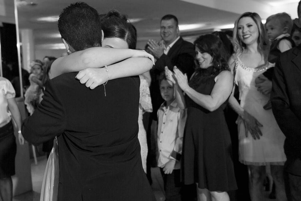 aniversario 15 anos, fotografia de familia, Josie Nader fotografia, aniversario 15 anos, debut, Governador Valadares, recebendo abraço do pai