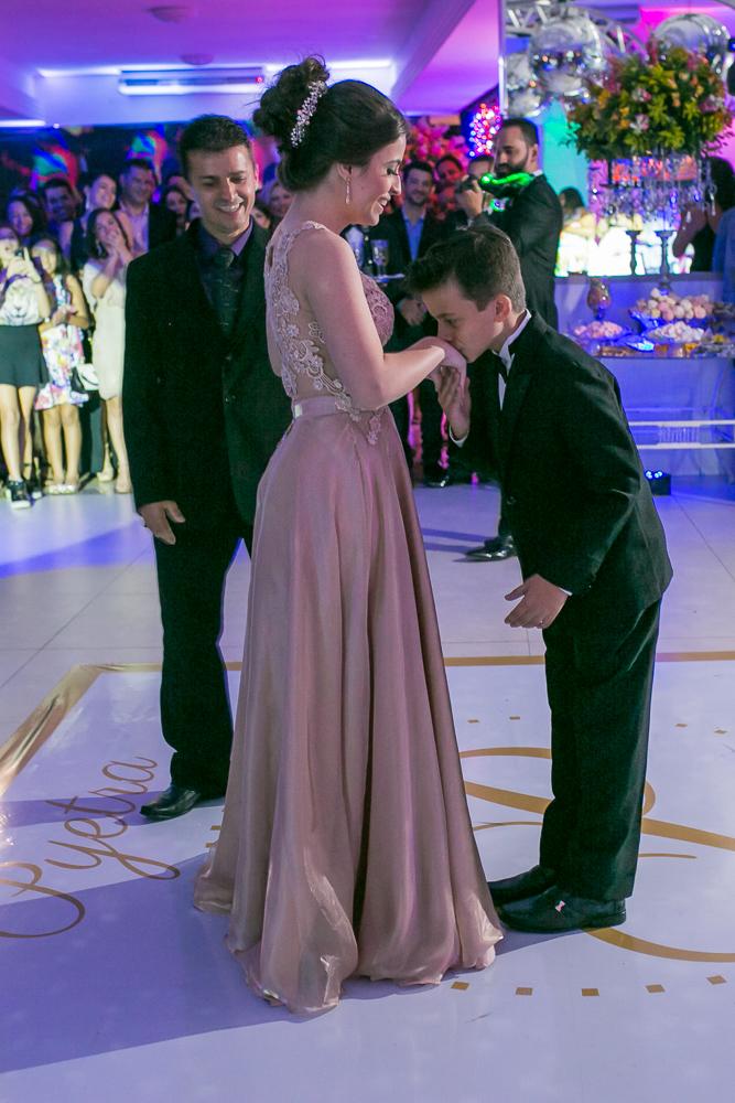 aniversario 15 anos, fotografia de familia, Josie Nader fotografia, aniversario 15 anos, debut, Governador Valadares, na pista com o irmão indo dançar valsa