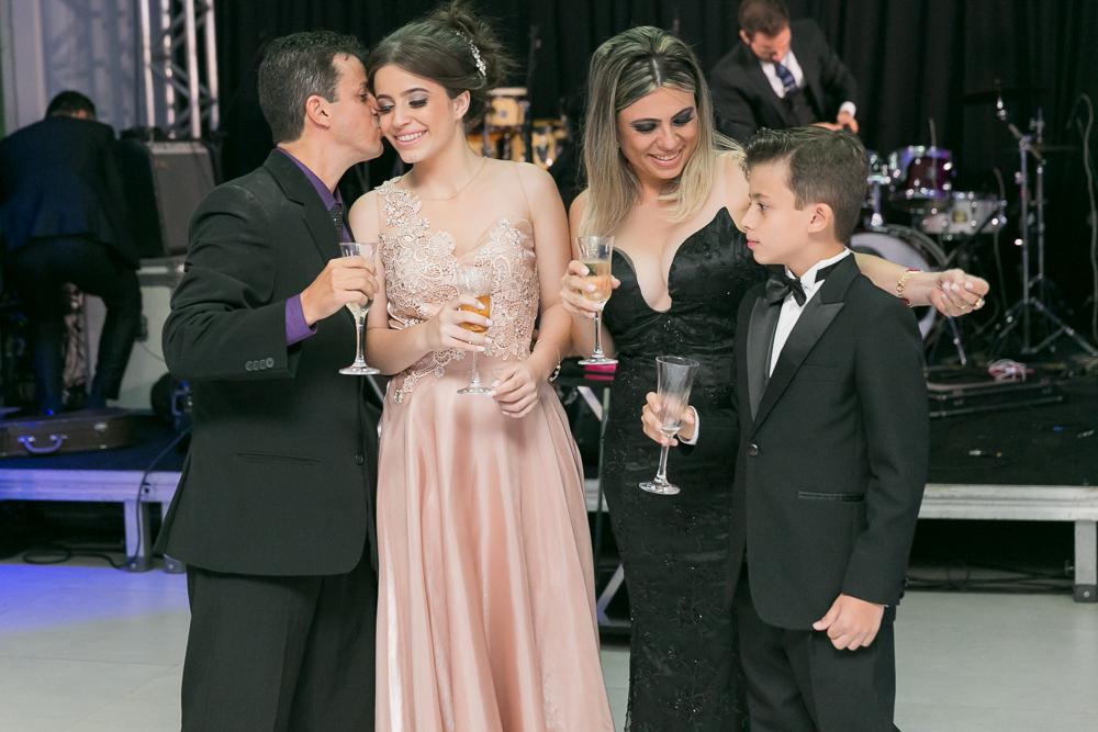 aniversario 15 anos, fotografia de familia, Josie Nader fotografia, aniversario 15 anos, debut, Governador Valadares, recebendo beijo do pai