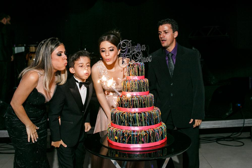 aniversario 15 anos, fotografia de familia, Josie Nader fotografia, aniversario 15 anos, debut, Governador Valadares, soprando as velinhas
