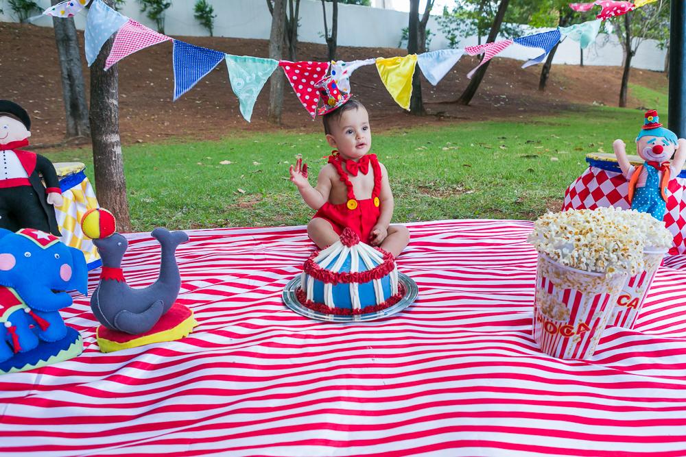 fotografia de familia, smash the cake, menino, crinaça, ensaio externo, Josie nAder fotografias, fotografa de familia, criança e o bolo