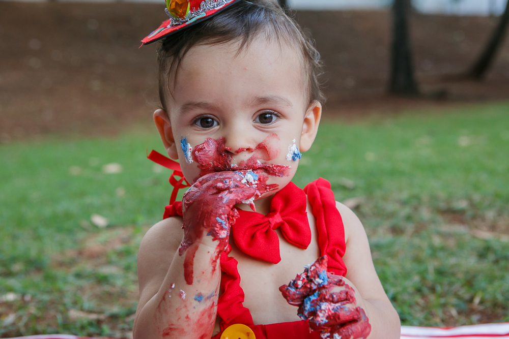 fotografia de familia, smash the cake, menino, crinaça, ensaio externo, Josie nAder fotografias, fotografa de familia, de carinha suja