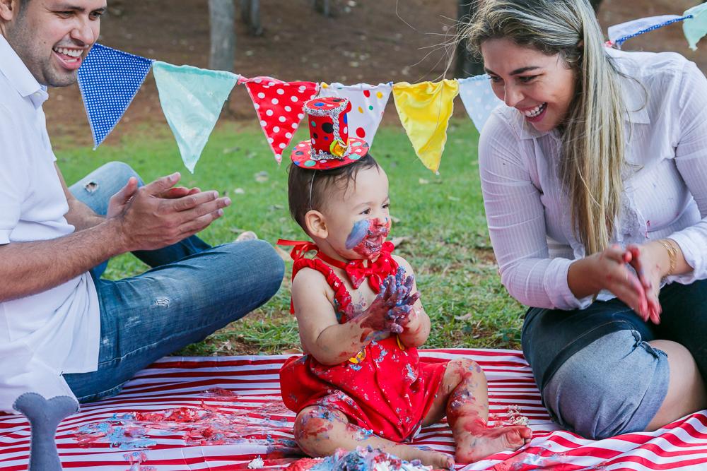 fotografia de familia, smash the cake, menino, crinaça, ensaio externo, Josie nAder fotografias, fotografa de familia com os pais