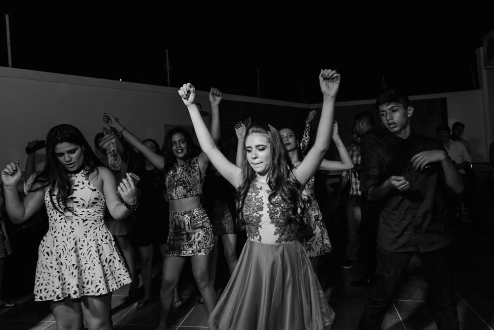 fotografia de familia, desta de 15 anos, debut, decoração, Josie NAder fotografia, Governador Valadares, dançando com amigos
