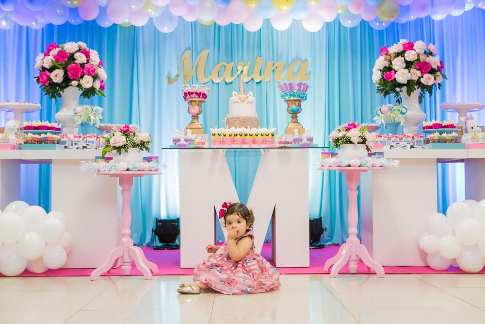 fotografia de familia, aniversário 01 ano, fotos de aniversário, menina sentada em frente a decoração