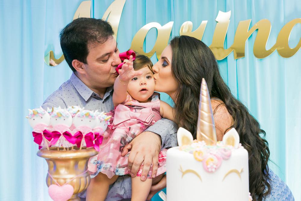 fotografia de familia, mamãe beijando a filha, fotos de aniversário, Josie Nader fotografia, Governador Valadares