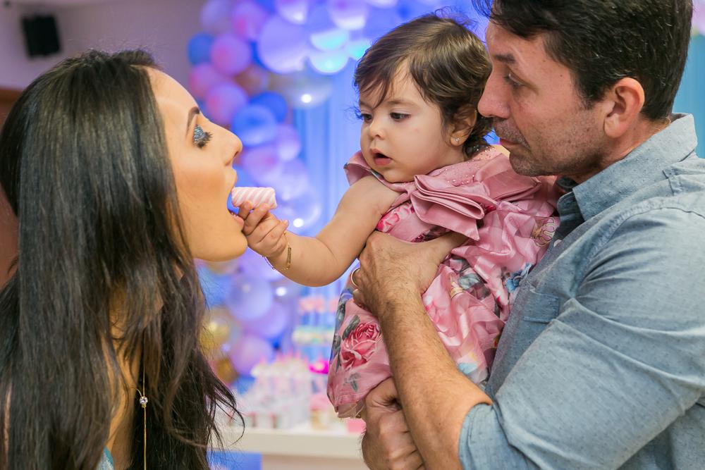 Josie Nader fotografia, Governador Valadares, aniversário menina, poney, fotografia de familia, Governador Valadares, mamãe recebendo doce