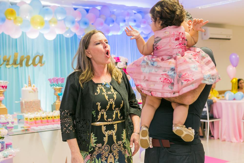 Josie Nader fotografia, Governador Valadares, aniversário menina, poney, fotografia de familia, Governador Valadares, convidada conversando com a aniversariante
