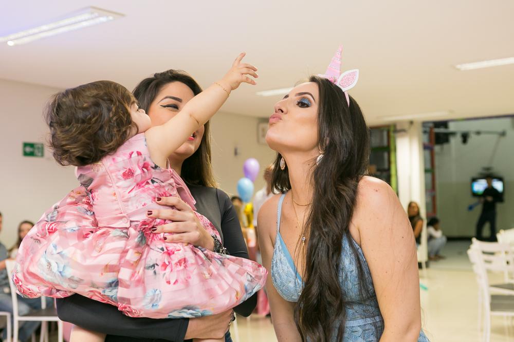 Josie Nader fotografia, Governador Valadares, aniversário menina, poney, fotografia de familia, Governador Valadares, dando doce para a mamãe
