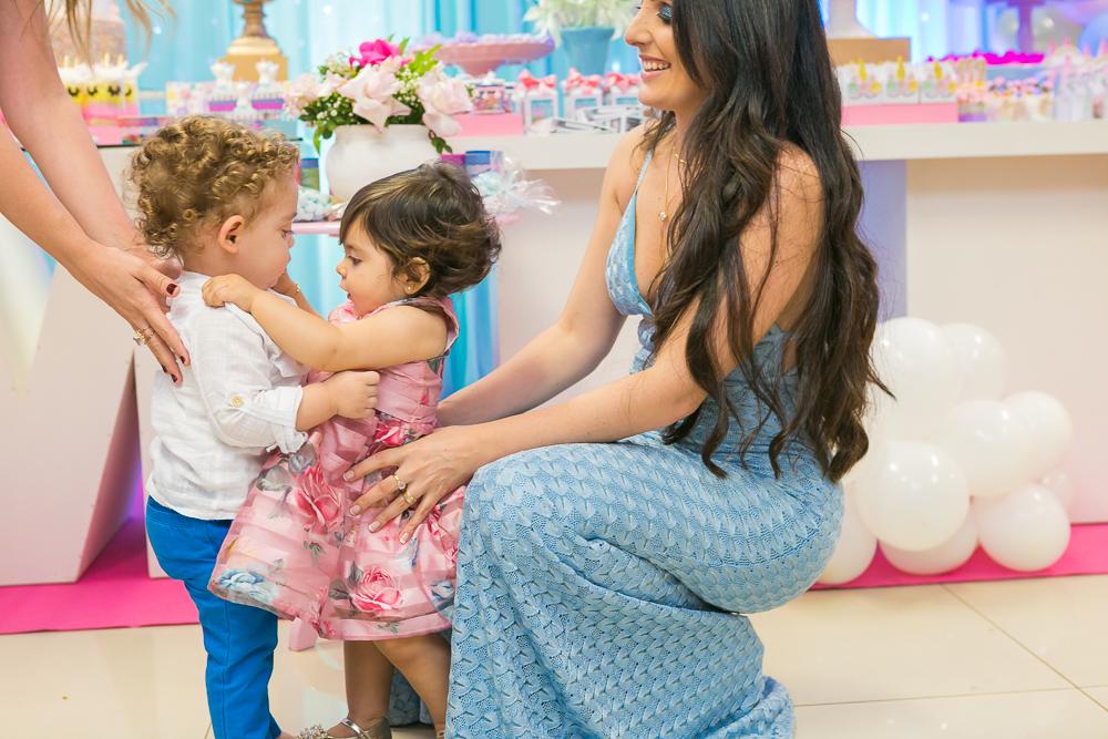 Josie Nader fotografia, Governador Valadares, aniversário menina, poney, fotografia de familia, Governador Valadares, ganhando abraço do amiguinho