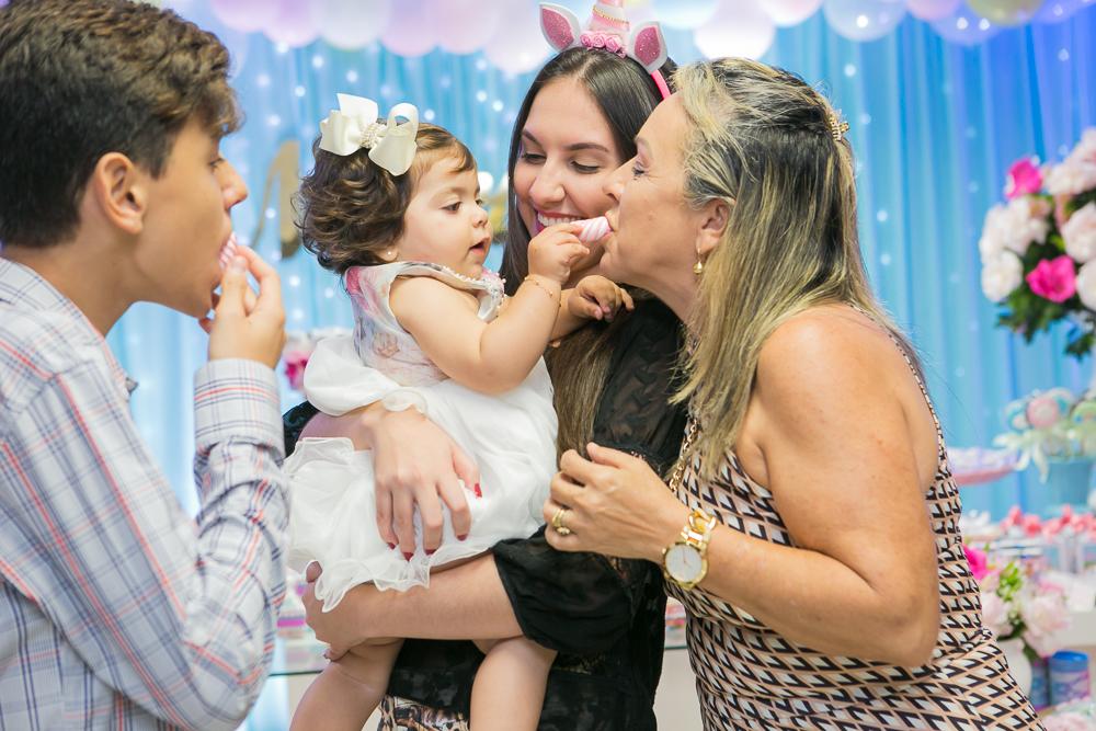 Josie Nader fotografia, Governador Valadares, aniversário menina, poney, fotografia de familia, Governador Valadares, dando doce para a tita