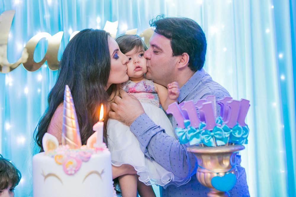 Josie Nader fotografia, Governador Valadares, aniversário menina, poney, fotografia de familia, Governador Valadares, recebendo beijos dos papai e da mamãe