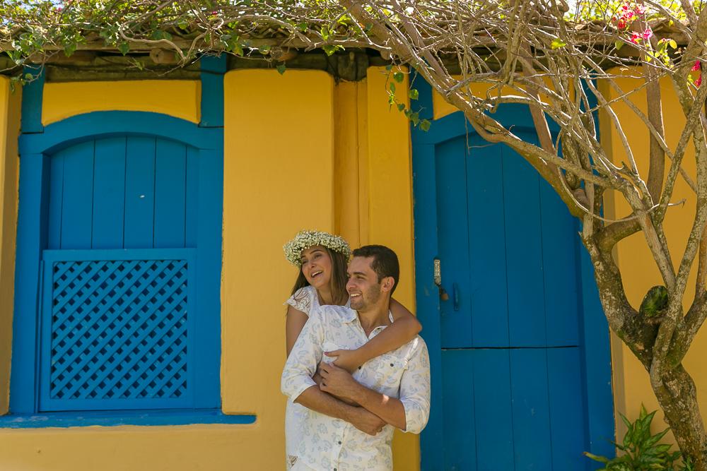 fotos externas, Trancoso, BA, fotografia de casal, pre casamento, noivos perto de parede amarela, Josie Nader fotografias