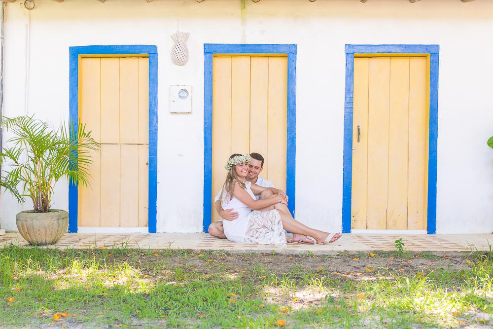 Josie Nader fotografia, Governador Valadares, fotografia de casamento, ensaio casal, ensaio externos, noivos sentados sorrindo, ensaio casal