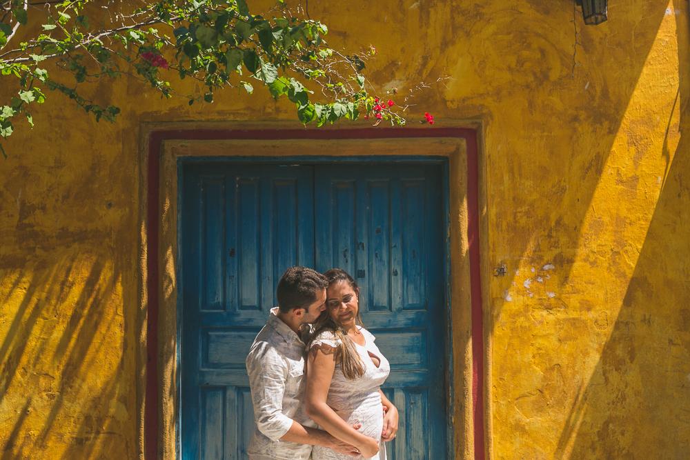 Josie Nader fotografia, Governador Valadares, fotografia de casamento, ensaio casal, ensaio externos, noivos abraçado em frente porta azul, ensaio casal
