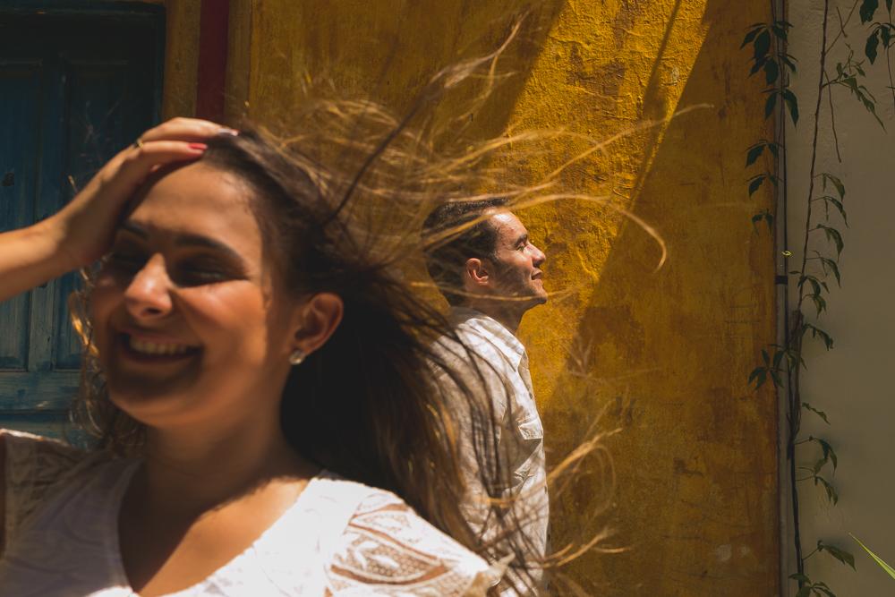 Josie Nader fotografia, Governador Valadares, fotografia de casamento, ensaio casal, ensaio externos, noiva com o cabelo ao vento. fotografia de casamento, ensaio casal