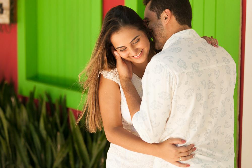 Josie Nader fotografia, Governador Valadares, fotografia de casamento, ensaio casal, ensaio externos, noivos abraçados em frente porta verde