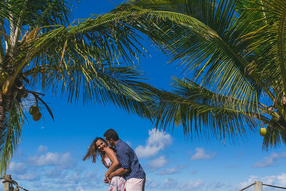 Josie Nader fotografia, Governador Valadares, fotografia de casamento, ensaio casal, ensaio externo, noivos abraçados sob os coqueiros em Trancoso