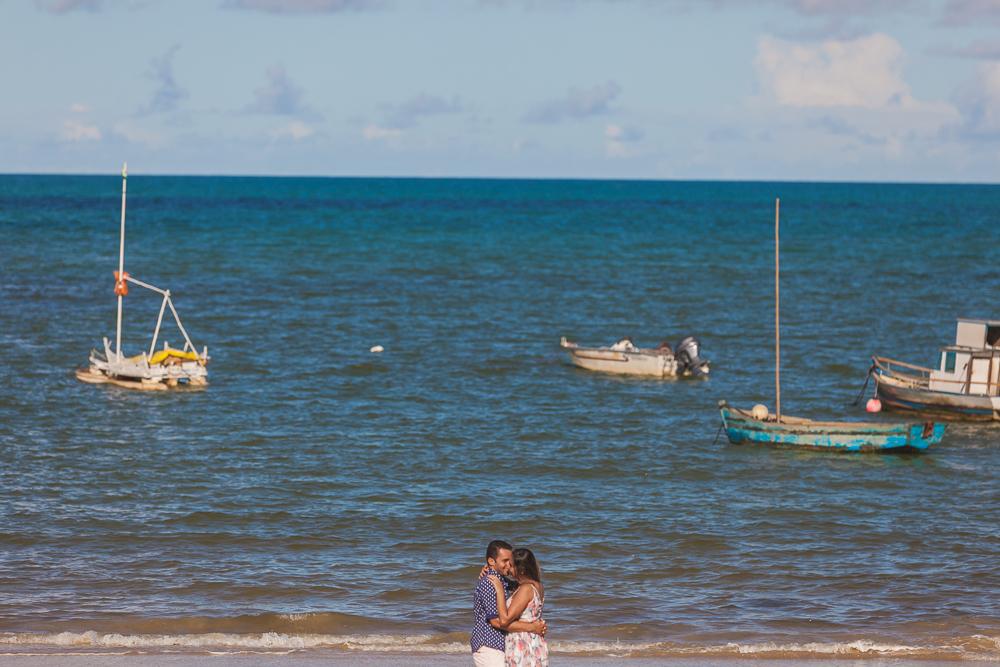 Josie Nader fotografia, Governador Valadares, ensaio externos, noivos na praia com barcos, mar, vento, Trancosoo