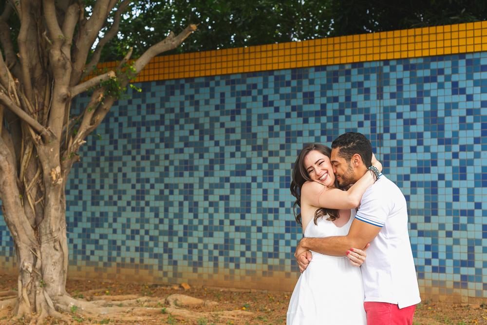 noivos abraçados sorrindo , Josie Nader fotografias, Governador Valadares , pre casamento