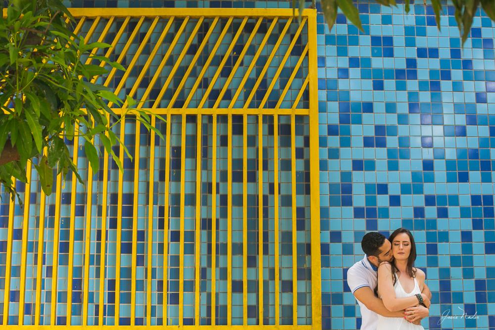 noivos  em frente ao portão, Josie Nader fotografias, Governador Valadares , pre casamento