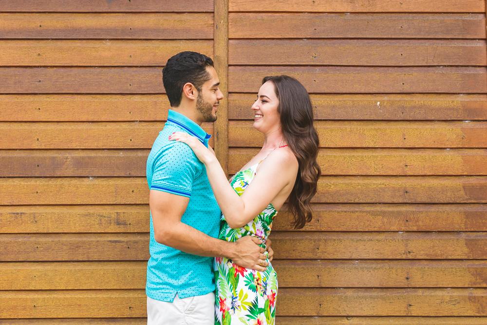 noivos se olhando e sorrindo, Josie Nader fotografias, Governador Valadares , pre casamento